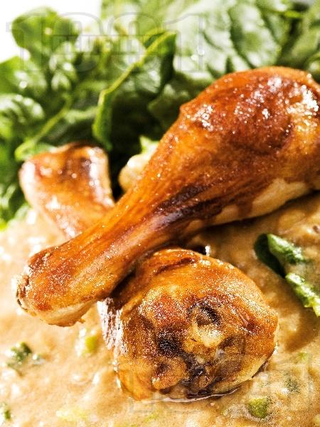 Пържени пилешки бутчета със спанак в сос от бяло вино, лук, олио, магданоз и соев сос - снимка на рецептата